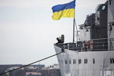 """Украинский флаг на разведывательном корабле украинского флота """"Славутич"""" в Севастополе 18 марта 2014 года. REUTERS/Baz Ratner"""