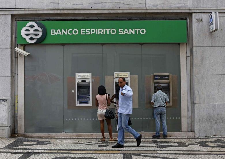 People walk near an office of Portuguese bank Banco Espirito Santo (BES) in downtown Lisbon August 26, 2014. REUTERS/Hugo Correia