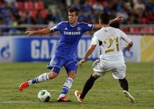 Meia do Chelsea Van Ginkel enfrenta Romain Gasmi, do Thai Singha All-Stars, durante amistoso em Bangcoc. 17/07/2013  REUTERS/Athit Perawongmetha