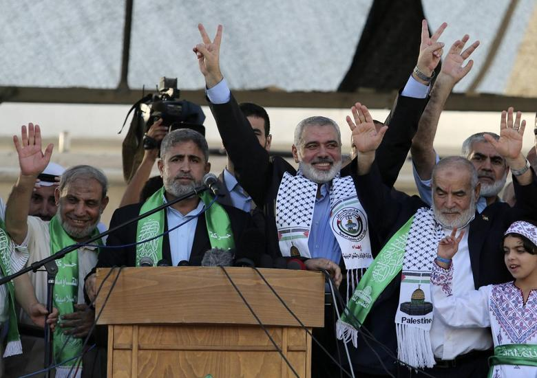Hamas Gaza leader Ismail Haniyeh (3rd L) flashes a victory sign as he appears for the first time since the start of a seven-week conflict during a rally by Palestinians celebrating what they said was a victory over Israel, in Gaza City August 27, 2014. REUTERS/Suhaib Salem
