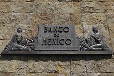 El logo del Banco de México en sus oficinas del centro de Ciudad de México, ago 28 2014. Analistas privados bajaron a 2.47 por ciento su expectativa de crecimiento económico para México en el 2014, desde una estimación previa de 2.56 por ciento, de acuerdo con un sondeo del Banco de México (central) divulgado el martes. REUTERS/Tomas Bravo