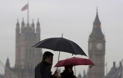 L'Office britannique des statistiques (ONS) a revu à la hausse mercredi les chiffres du produit intérieur brut de 2011 et de 2012, une bonne nouvelle pour le gouvernement à l'approche des élections législatives de 2015. /Photo prise le 27 mai 2014/REUTERS/Neil Hall