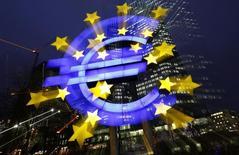 Logo do euro fotografado em frente a sede do Banco Central Europeu (BCE), em Frankfurt.  8/01/2013. REUTERS/Kai Pfaffenbach
