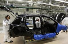 Volkswagen va réduire la production de son usine russe de Kaluga en raison de la faiblesse du rouble et des difficultés économiques du pays. /Photo d'archives/REUTERS/Alexander Natruskin