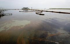 """Le gouvernement britannique a demandé à la Cour suprême des Etats-Unis de revoir certaines décisions judiciaires défavorables au groupe pétrolier BP à propos de la marée noire de 2010 dans le golfe du Mexique qui avait suscité une énorme """"class action"""" aux Etats-Unis. Le gouvernement britannique affirme que BP, après avoir beaucoup dépensé pour réparer les dégâts liés à l'incendie de la plate-forme Deepwater Horizon, va devoir verser de grosses sommes à des personnes qui n'ont pas été touchées par la marée noire. /Photo prise le 26 mai 2010/REUTERS/Sean Gardner"""