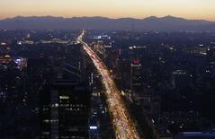 Vista panorámica de una avenida principal por la madrugada en Beijing. Imagen de archivo, 3 septiembre, 2014. El crecimiento de las importaciones de China se ralentizó inesperadamente en agosto por segundo mes consecutivo, registrando su peor desempeño en más de un año y avivando las especulaciones sobre si las autoridades deben relajar aún más la política para reactivar la demanda interna. REUTERS/Jason Lee