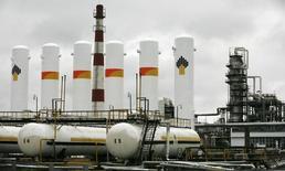 Vista panorámica de la refinadora de petróleo Achinsk, de la compañia Rosneft, fuera de la ciudad de Achinsk. Imagen de archivo, 28 octubre, 2013.La producción de petróleo de Rusia, una importante fuente de ingresos gubernamentales, podría declinar levemente el próximo año tras subir en forma sostenida desde el 2009, dijo el lunes el Ministerio de Energía. REUTERS/Ilya Naymushin/Files