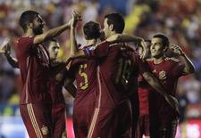 Jogadores da Espanha comemoram gol contra a Macedônia em Valência, nesta segunda-feira.  REUTERS/Heino Kalis