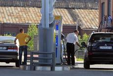 Водители заправляют машины в Минске 8 июня 2011 года. Зависимая от российской нефти Белоруссия привязала стоимость бензина к курсу доллара США, чтобы обеспечить минимальную эффективность работы двух своих НПЗ в условиях постепенного ослабления курса национальной валюты, сообщил регулирующий концерн Белнефтехим. REUTERS/Vasily Fedosenko