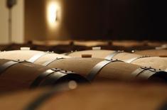 Les exportations de vins et spiritueux français ont décroché de 7,3% au premier semestre, plombées par une nouvelle baisse des ventes à destination de la Chine et par un marché américain atone. /Photo d'archives/REUTERS/Régis Duvignau