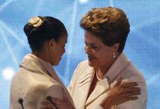 Candidatas à Presidência Marina Silva (PSB) e presidente Dilma Rousseff (PT) se cumprimentam antes de primeiro debate na TV, na Band em São Paulo.  26/8/2014  REUTERS/Paulo Whitaker