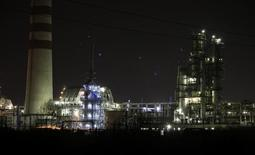 Вид на НПЗ Роснефти в Ачинске 28 апреля 2011 года. Цены на нефть Brent держатся ниже $100 за баррель вблизи 16-месячного минимума из-за опасений за мировое потребление. REUTERS/Ilya Naymushin