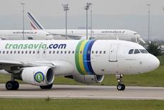 Самолет авиакомпании Transavia в Орли 5 августа 2014 года.  Франко-голландский авиаперевозчик Air France-KLM планирует инвестировать 1 миллиард евро ($1,3 миллиарда) в свое европейское низкобюджетное подразделение Transavia, сообщила компания. REUTERS/Charles Platiau
