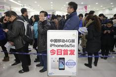 Люди в очереди за iPhone в Ухане 17 января 2014 года. Китайские потребители, на которых все больше опирается американская Apple Inc, не будут в числе первых покупателей смартфонов iPhone 6, которым новые телефоны могут достаться чуть больше чем через неделю. REUTERS/Stringer
