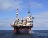 """Le rythme de croissance de la demande mondiale de pétrole ralentit de façon """"notable"""" en raison de la faiblesse des économies chinoise et européenne, alors que l'offre augmente régulièrement, notamment en Amérique du Nord. /Photo d'archives/REUTERS/Petrofac"""