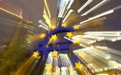 Символ валюты евро у здания ЕЦБ во Франкфурте-на-Майне 2 сентября 2013 года. Ведущие банки Европы повысили средний уровень капитала на 1 процентный пункт во второй половине прошлого года и почти полностью удовлетворяют новым правилам, вступающим в силу. REUTERS/Kai Pfaffenbach