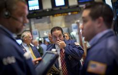 Un grupo de operadores en la bolsa de Wall Street en Nueva York, ago 26 2014. Las acciones en Estados Unidos cotizaban a la baja el jueves tras la publicación de un reporte débil del desempleo, que llevó a los inversores a seguir con la toma de ganancias en un mercado que llegó a marcar varios máximos. REUTERS/Brendan McDermid