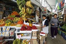 Mulher vende frutas em mercado de Surquillo, em Lima. 10/09/2014 REUTERS/ Mariana Bazo