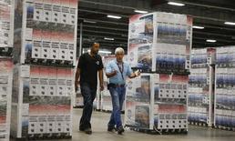 Unos trabajadores junto a unos televisores en la bodega de Element Electronics en Winnsboro, EEUU, mayo 29 2014. Los inventarios de las empresas de Estados Unidos subieron en julio, pero el alza probablemente no cambiará la percepción de que la acumulación de existencias sería un lastre menor para el crecimiento económico del tercer trimestre. REUTERS/Chris Keane