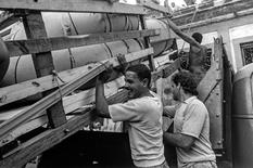 A makeshift boat is lowered from a roof where it was constructed by would-be emigrants, as they take it to launch into the Straits of Florida towards the U.S., on the last day of the 1994 Cuban Exodus in Havana, September 13, 1994.  REUTERS/Rolando Pujol Rodriguez