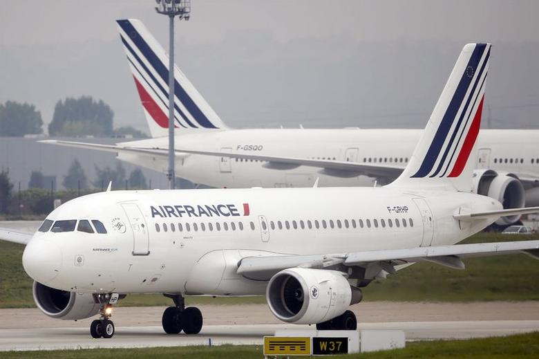 An Air France Airbus A319 passenger jet makes its way on the tarmac before taking off at Orly airport, near Paris, August 5 2014.   REUTERS/Charles Platiau