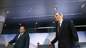 Selon le vice-président de la BCE, Vitor Constancio, ici avec le président Mario Draghi (à droite), la Banque centrale européenne prévoit le retour à une expansion modeste dans la zone euro au troisième trimestre mais la croissance sera inférieure à 1% sur l'ensemble de l'année. /Photo prise le 7 août 20014/REUTERS/Ralph Orlowski