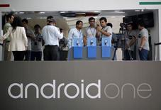 Google lance lundi en Inde le premier smartphone doté de son système d'exploitation Android One, vendu autour de 6.399 roupies (81 euros), pour se positionner sur l'entrée de gamme du marché actuellement le plus porteur au monde. /Photo d'archives/REUTERS/Anindito Mukherjee