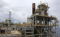 Plataforma de petróleo Cidade Angra dos Reis, na costa do Rio de Janeiro. 16/02/2011 REUTERS/Sergio Moraes