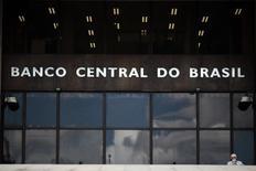 Un hombre pasa fuera del Banco Central de Brasil en Brasilia. Imagen de archivo, 15  enero, 2014. El real brasileño cayó el lunes a su nivel más bajo en cerca de seis meses, poniendo a prueba la voluntad del Banco Central de tolerar una divisa más débil. REUTERS/Ueslei Marcelino