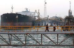Нефтеналивной танкер в Басре 17 апреля 2006 года. Цены на нефть Brent держатся около уровня $98 за баррель, поднявшись с двухлетнего минимума. REUTERS/Atef Hassan