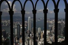 Vista panorámica de Honk Kong vista desde una enrrejadura de un edificio. Imagen de archivo, 10 septiembre, 2014.  Las entradas de inversión extranjera directa (IED) a China cayeron en agosto a un mínimo no visto en al menos dos años y medio, lo que subraya los desafíos para el crecimiento que enfrenta la segunda mayor economía del mundo.REUTERS/Bobby Yip