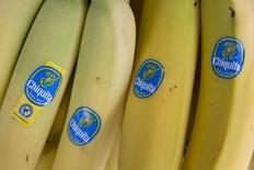 Bananas de la productora de frutas estadounidense Chiquita a la venta en el centro de Londres. Imagen de archivo, 12 agosto, 2014. La productora de fruta estadounidense Chiquita Brands y su par irlandesa Fyffes ofrecieron concesiones a los reguladores antimonopolio de la Unión Europea para disipar los temores en torno a que su asociación por 526 millones de dólares pueda perjudicar la competencia en el sector. REUTERS/Neil Hall