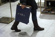Inditex, propriétaire de la marque Zara, a dégagé un résultat net semestriel en repli de 2,4%, à 928 millions d'euros alors que les analystes financiers avaient anticipé en moyenne 908 millions. /Photo d'archives/REUTERS/Andrea Comas