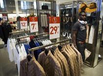Магазин Zara в Мадриде 12 сентября 2014 года. Прибыль владельца бренда Zara - компании Inditex - снизилась в первом полугодии на 2,4 процента, но превзошла ожидания за счет строгого контроля за расходами. REUTERS/Andrea Comas