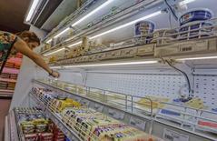 Отдел с молочными продуктами в магазине во Владивостоке 7 сентября 2014 года. Инфляция в России за неделю с 9 по 15 сентября составила 0,1 процента по сравнению с 0,2 процента неделей ранее, сообщил Росстат. REUTERS/Yuri Maltsev