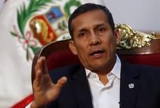 El presidente de Perú, Ollanta Humala, durante una entrevista con Reuters en el palacio de gobierno en Lima. Imagen de archivo, 12 julio, 2014. El presidente peruano, Ollanta Humala, firmó el miércoles una ley promovida por la oposición que deroga el aporte obligatorio de los trabajadores independientes a los fondos de pensiones, dijo la jefa del gabinete del Gobierno. REUTERS/Mariana Bazo