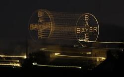 Logo de la farmacéutica alemana Bayer en Leverkusen. Imagen de archivo, 26 abril, 2014. La alemana Bayer planea cotizar en la bolsa su negocio menos rentable de plásticos en un acuerdo que podría valorar a la división en cerca de 10.000 millones de euros (13.000 millones de dólares) mientras busca concentrarse totalmente en salud y cultivos. REUTERS/Ina Fassbender