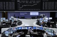 Operadores en la Bolsa de Frankfurt, 18 septiembre, 2014. Las acciones europeas cerraron con avances el jueves, con un índice clave de la región tocando máximos de dos semanas luego de que la Reserva Federal renovó su compromiso de mantener las tasas cerca de cero por un tiempo considerable.  REUTERS/Remote/Stringer