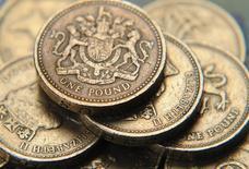 Монеты в 1 фунт стерлингов в Лондоне 17 июня 2008 года. Фунт стерлингов поднялся до двухнедельного максимума к доллару США и двухлетнего пика к евро за счет предварительных итогов референдума о независимости Шотландии, показавших, что большинство шотландцев проголосовали против. REUTERS/Toby Melville