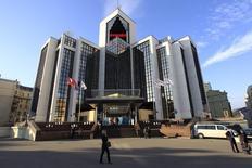 Le directeur général de Lukoil Vagit Alekperov déclare vendredi évaluer les implications des sanctions occidentales sur sa coentreprise avec Total. /Photo d'archives/REUTERS/Sergei Karpukhin