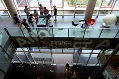 Alibaba a annoncé jeudi avoir fixé à 68 dollars par action le prix de son introduction en Bourse, ce qui correspond au haut de la fourchette retenue et permettra au géant chinois du commerce électronique de lever 21,8 milliards de dollars (16,9 milliards d'euros). Sur cette base, l'entrée en Bourse d'Alibaba est la troisième jamais lancée et la plus importante pour une société dans la haute technologie. /Photo prise le 19 septembre 2014/REUTERS/China Daily