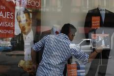 Un empleado arregla la vidriera de una tienda en Ciudad de México, ago 28 2014. El consumo privado en México creció 1.4 por ciento en el segundo trimestre del año, la mayor de tasa de expansión en más de un año, de acuerdo con cifras oficiales ajustadas por estacionalidad publicadas el viernes.  REUTERS/Tomas Bravo