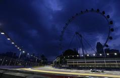 Piloto da Mercedes Lewis Hamilton no treino livre para o Grande Prêmio de Cingapura. 19/09/2014 REUTERS/Tim Chong