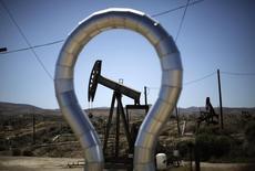 Unas plataformas de bombeo de crudo en el pozo Midway Sunset en California, EEUU, abr 29 2013. La caída del 13 por ciento en los precios del crudo desde junio restó algo de fascinación a la extracción de los recursos de petróleo de esquisto en Estados Unidos, al tiempo que aumentó la preocupación de los inversores.  REUTERS/Lucy Nicholson