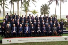 El Grupo de las 20 naciones más industrializadas dice que está muy cerca de sumar un 2 billones de dólares (1,56 billones de euros) para la economía mundial y crear millones de nuevos empleos, pero que el estancamiento continuado de Europa sigue siendo un obstáculo. En la imagen los delegados a la reunión del G20 posan en una foto oficial en Cairns, Australia, el 20 de septiembre de 2014. REUTERS/Lincoln Feast