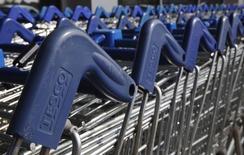 Tesco annonce lundi avoir surestimé son bénéfice du premier semestre de quelque 250 millions de livres (318 millions d'euros), le premier distributeur britannique expliquant ce troisième avertissement sur les résultats de l'année par une erreur comptable. /Photo prise le 22 septembre 2014/REUTERS/Luke MacGregor