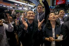 Fundador de Alibaba, Jack Maz, y su gerente financiero, Maggie Wu, en la OPI de la compañía en la bolsa de Nueva York. Imagen de archivo, 19 septiembre, 2014. Alibaba Group Holding Ltd y algunos de sus accionistas vendieron unos 48 millones de acciones adicionales, dijo el lunes una fuente con conocimiento directo de la operación, convirtiendo a la oferta pública inicial (OPI) en la mayor de la historia a nivel global con sus 25.030 millones de dólares. REUTERS/Brendan McDermid