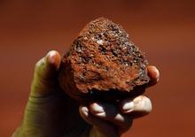 Um mineiro segura um pedaço de minério de ferro em uma mina da região de Pilbara, no oeste da Austrália. 2/12/2013. REUTERS/David Gray