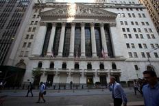 Wall Street a ouvert lundi en léger recul du fait d'inquiétudes suscitées par la conjoncture en Chine. Le Dow Jones recule à l'ouverture de 0,04%, le Standard & Poor's 500 de 0,14% et le Nasdaq Composite de 0,25%. /Photo prise le 4 août 2014/REUTERS/Carlo Allegri