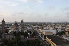 Vista aérea del puerto del golfo de Tampico. Imagen de archivo, 11 junio, 2014. La aprobación de una reforma energética en México tendría un impacto positivo en el mediano plazo pero es poco probable que tenga un efecto inmediato en la calificación crediticia del país, dijo el lunes la agencia Fitch. REUTERS/Dave Graham